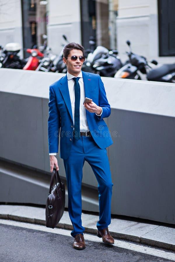 Homme d'affaires attirant utilisant un téléphone photo stock