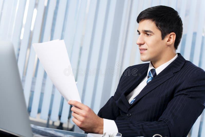 Homme d'affaires au bureau images libres de droits