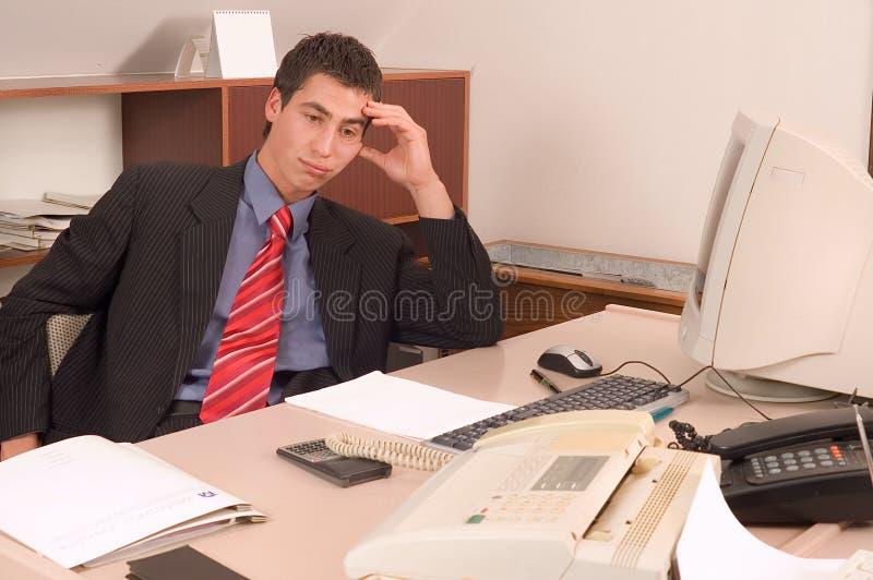 Homme d'affaires au bureau image stock