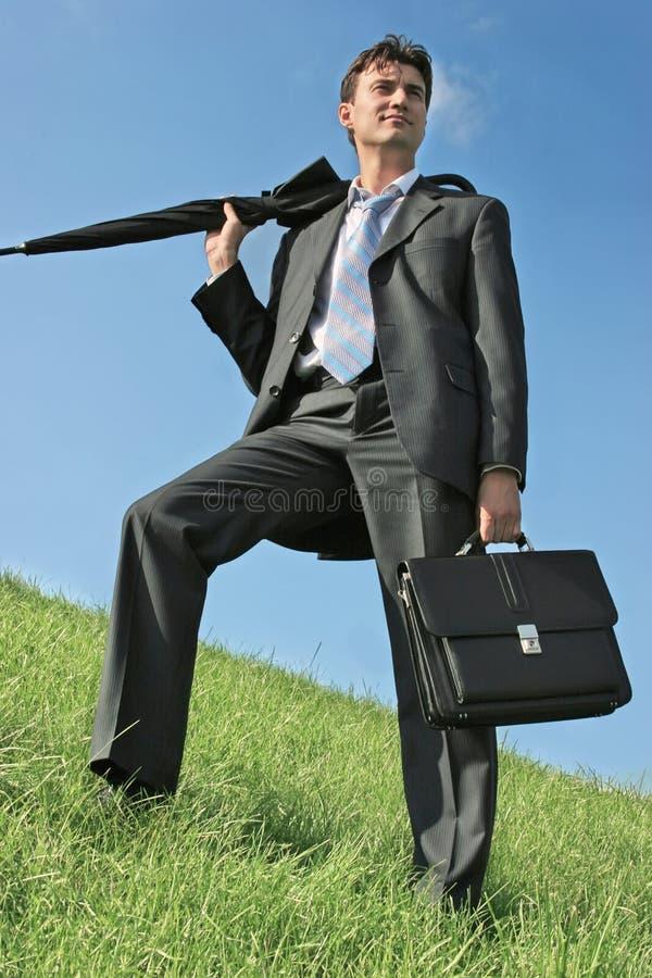 Homme d'affaires au pré photo libre de droits