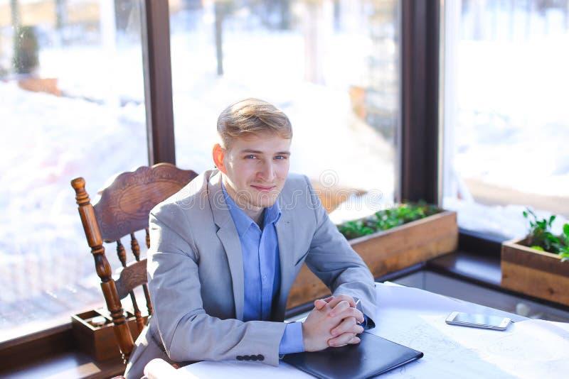 Homme d'affaires au sujet du projet d'architecte parlant par l'appel visuel au CAM photographie stock