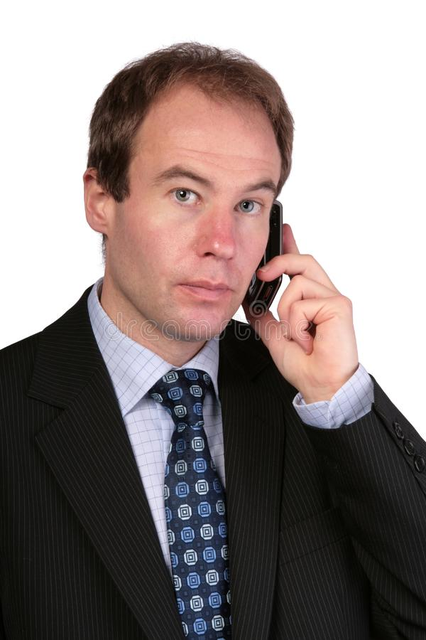 Homme d'affaires au téléphone portable regardant vers l'appareil-photo images libres de droits