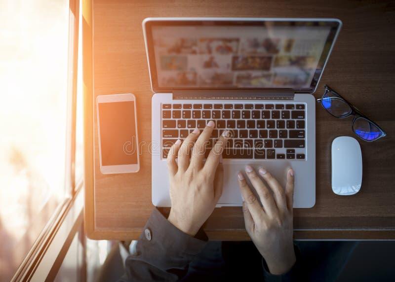 Homme d'affaires au travail Vue supérieure en gros plan de l'homme travaillant sur l'ordinateur portable tout en se reposant au b photos stock