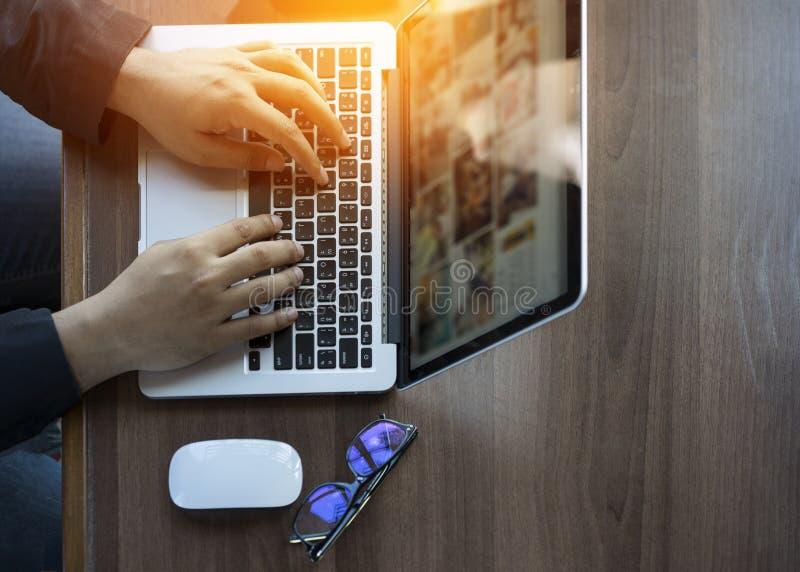 Homme d'affaires au travail Vue supérieure en gros plan de l'homme travaillant sur l'ordinateur portable tout en se reposant au b photo stock
