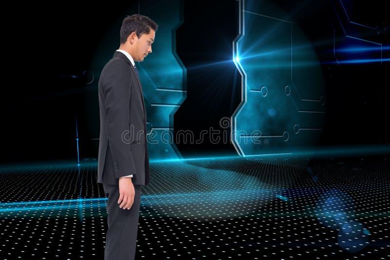 Homme d'affaires austère regardant vers le bas photographie stock libre de droits