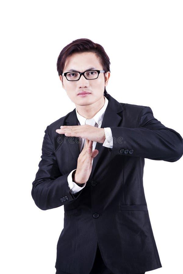 Homme d'affaires avec de temps le geste de main à l'extérieur images stock