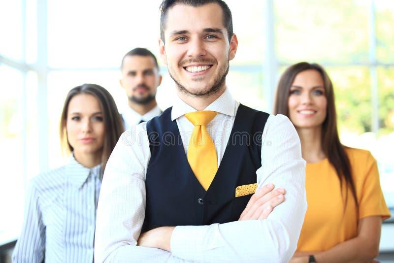Homme d'affaires avec des collègues à l'arrière-plan image stock