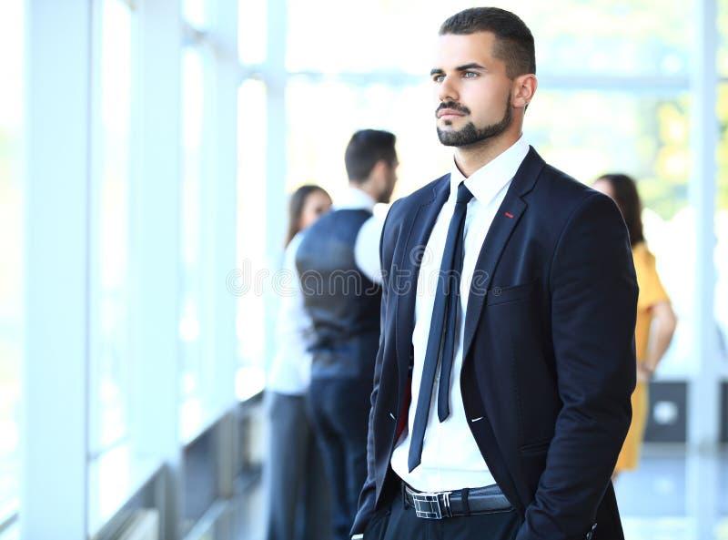 Homme d'affaires avec des collègues à l'arrière-plan photo stock