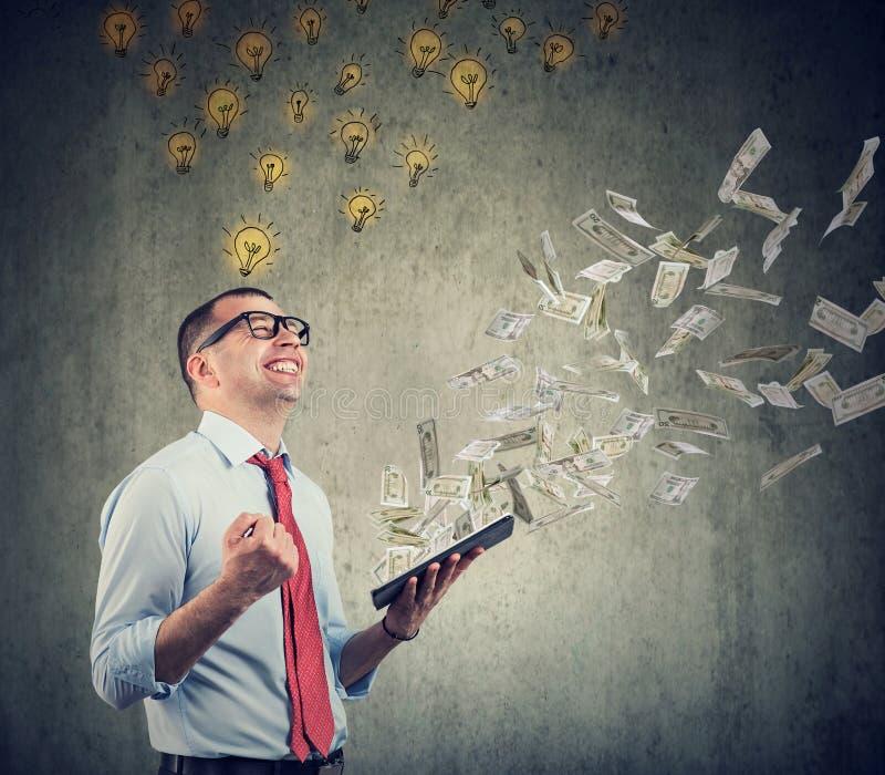 Homme d'affaires avec des idées lumineuses et des affaires en ligne réussies de bâtiment de comprimé photo stock