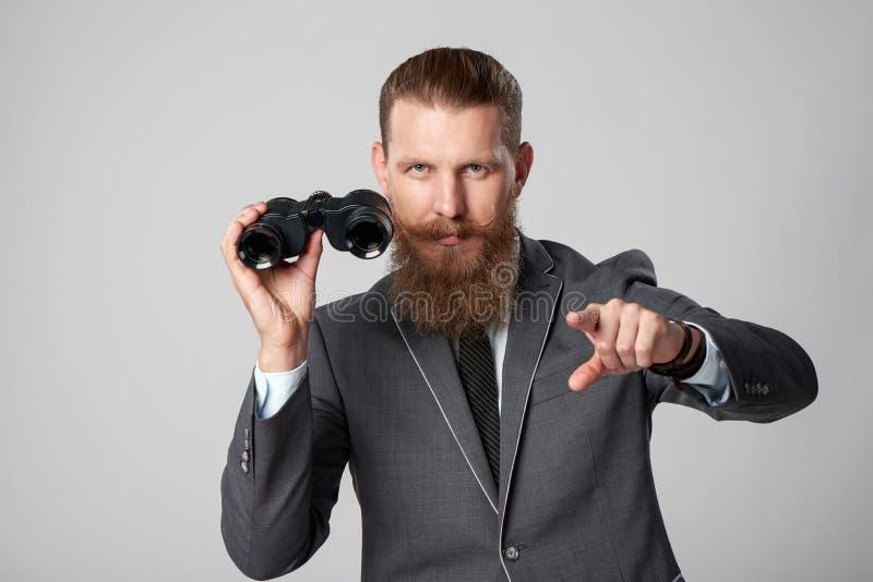 Homme d'affaires avec des jumelles photo stock