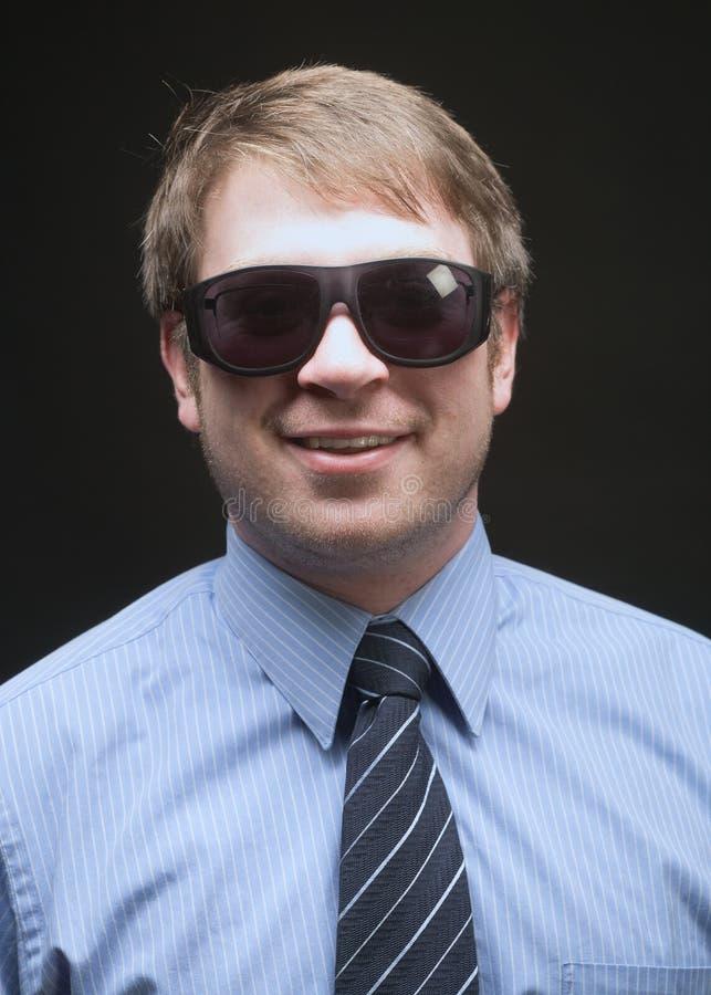 Homme d'affaires avec des lunettes de soleil images stock