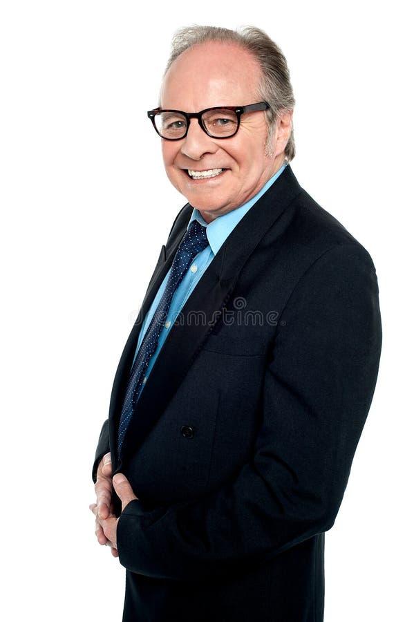 Homme d'affaires avec des lunettes posant de côté photo libre de droits