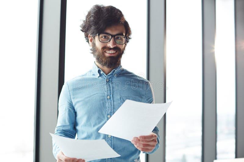 Homme d'affaires avec des papiers photos libres de droits