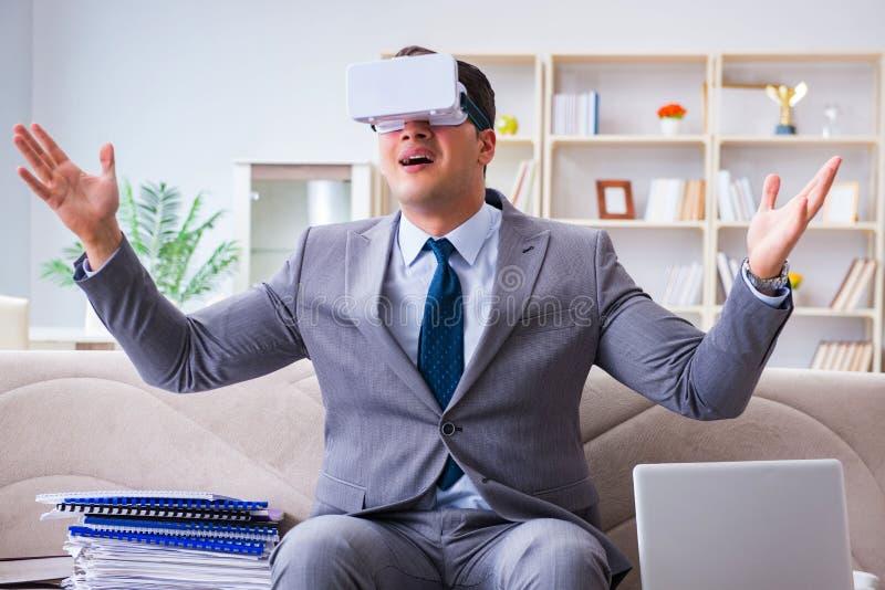 Homme d'affaires avec des verres de réalité virtuelle en technologie moderne Co photographie stock