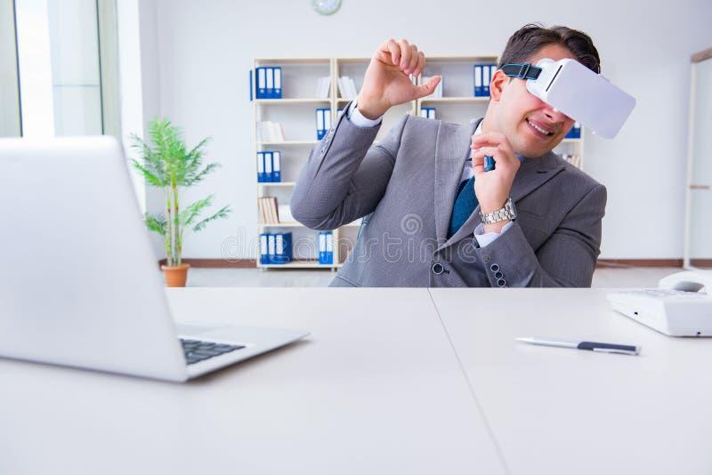 Homme d'affaires avec des verres de réalité virtuelle en technologie moderne Co images libres de droits