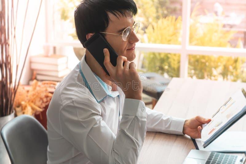 Homme d'affaires avec des verres invitant le téléphone portable photos libres de droits