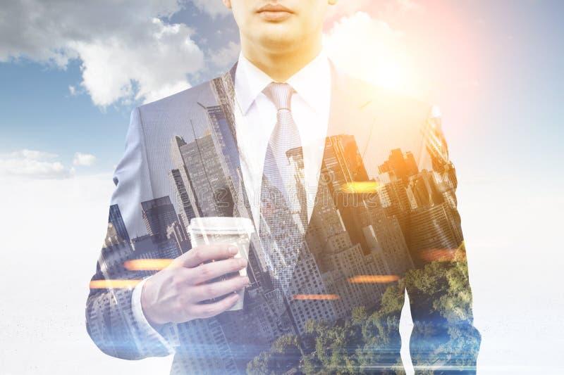 Homme d'affaires avec du café dans une ville, double modifié la tonalité photos libres de droits