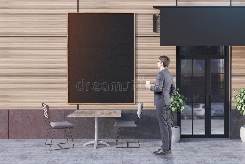 Homme d'affaires avec du café près d'un café, bannière photo stock