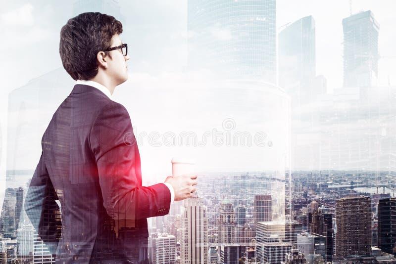 Homme d'affaires avec du café regardant la ville images libres de droits