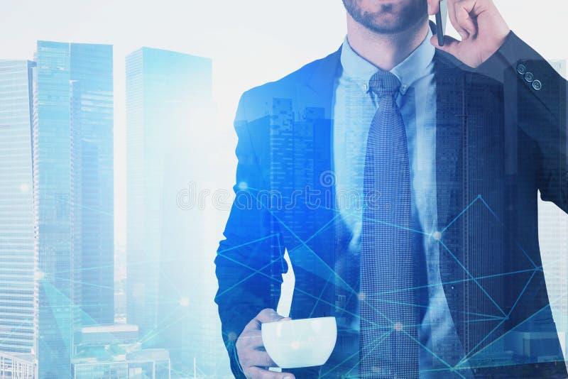 Homme d'affaires avec du café sur l'interface réseau de téléphone photos libres de droits