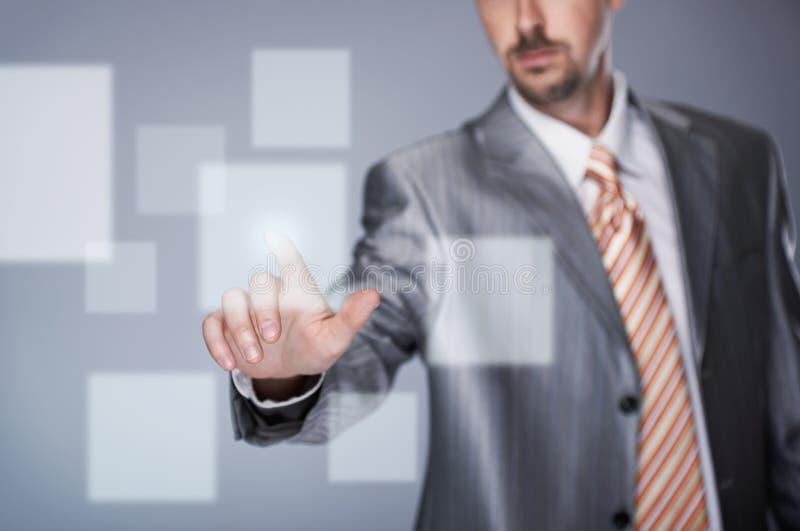 Homme d'affaires avec l'écran tactile photo stock