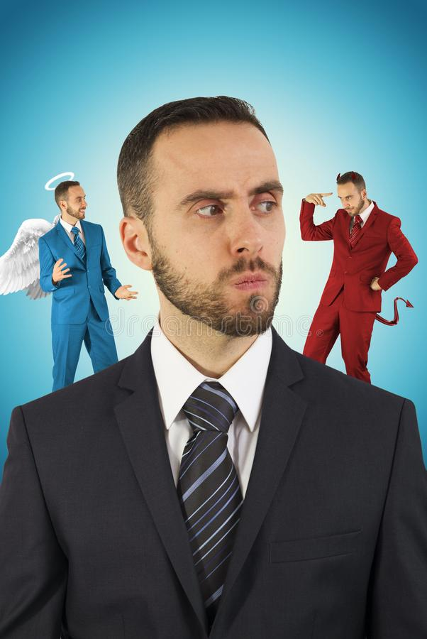 Homme d'affaires avec l'ange et diable sur ses épaules photos stock