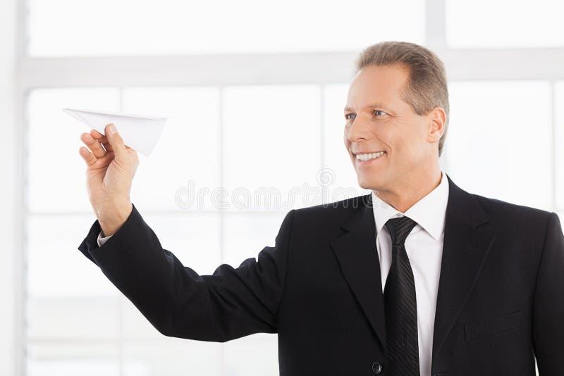 Homme d'affaires avec l'avion de papier. photos stock