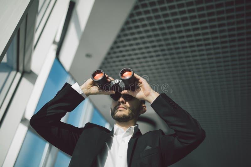 Homme d'affaires avec l'espionnage de jumelles image libre de droits