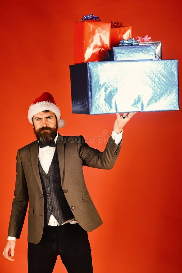 Homme d'affaires avec la barbe tenant les boîte-cadeau énormes photo libre de droits