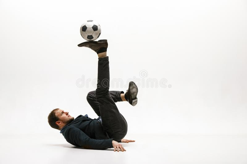 Homme d'affaires avec la boule du football dans le bureau photos stock
