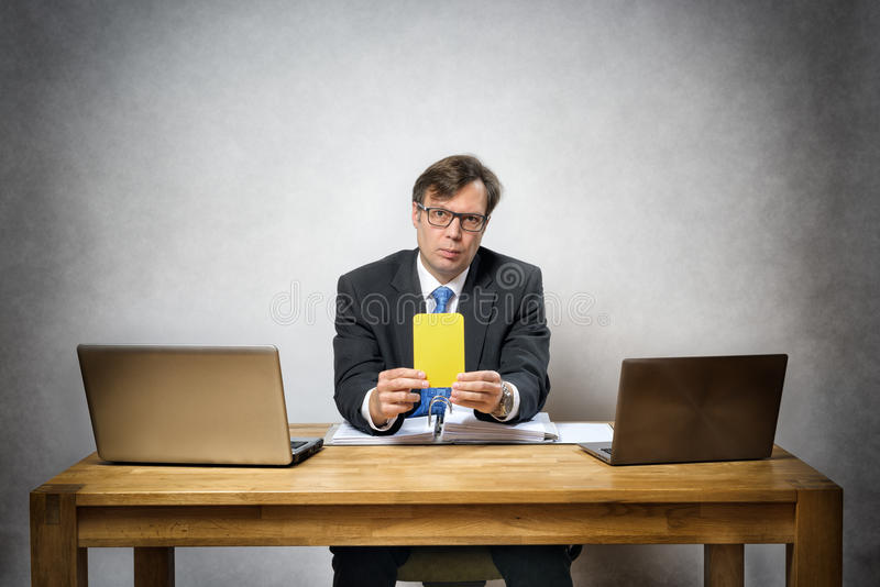 Homme d'affaires avec la carte jaune image stock