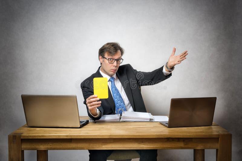 Homme d'affaires avec la carte jaune image libre de droits