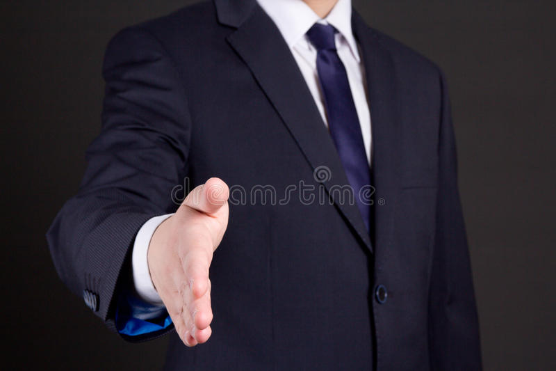 Homme d'affaires avec la main ouverte prête à la poignée de main image stock