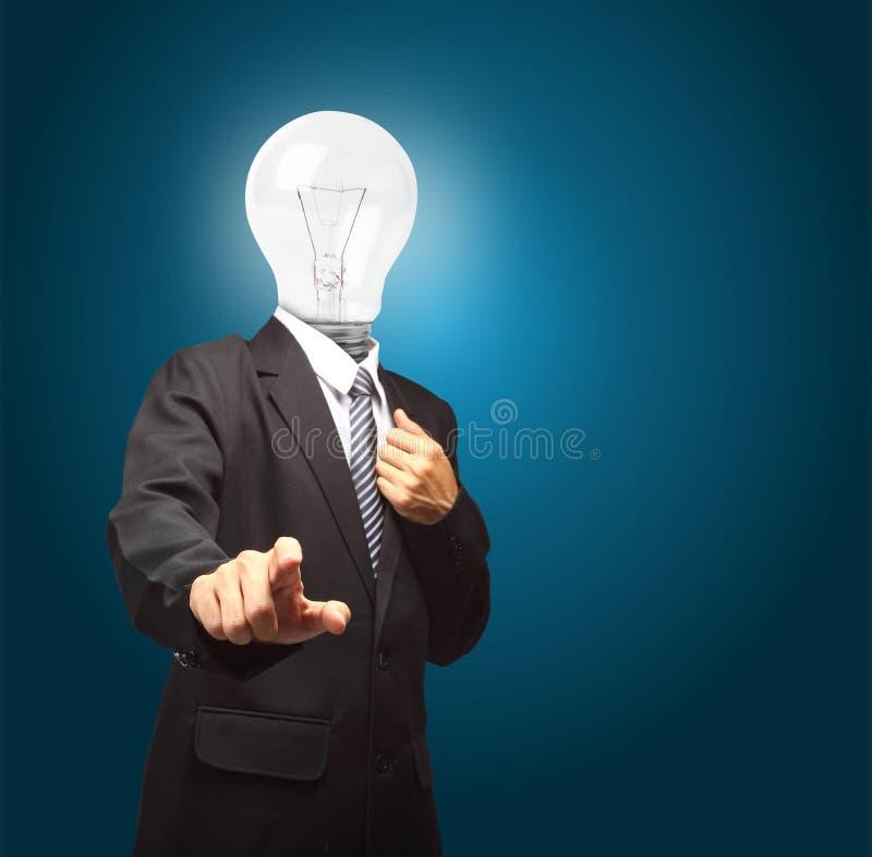 Homme d'affaires avec la poussée de tête de lampe le bouton sur le pavé tactile virtuel, image stock