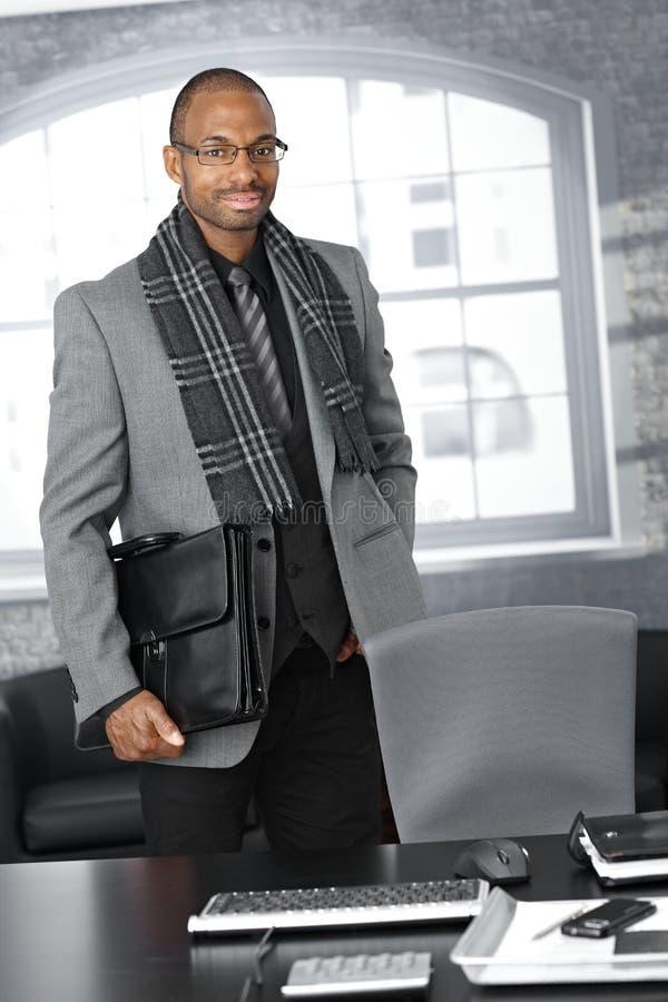 Homme d'affaires avec la serviette dans le bureau photographie stock