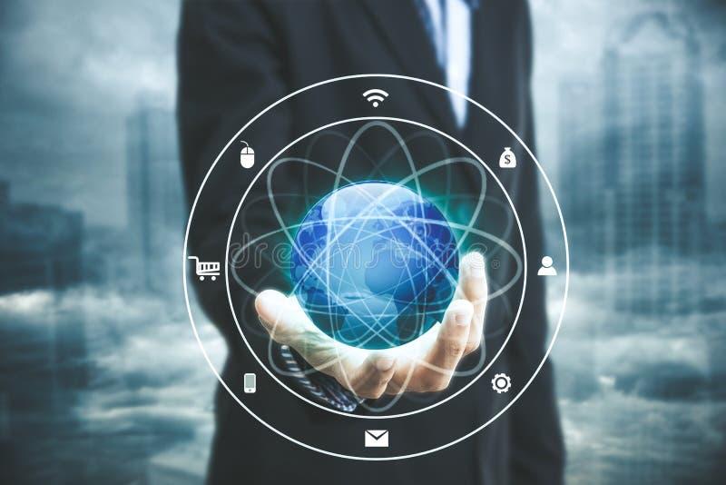Homme d'affaires avec la technologie de concept de système de mise en réseau d'icône de globe photo stock