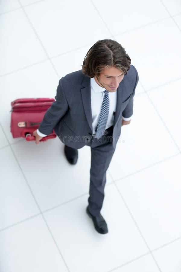 Homme d'affaires avec le bagage D'isolement sur le blanc photographie stock
