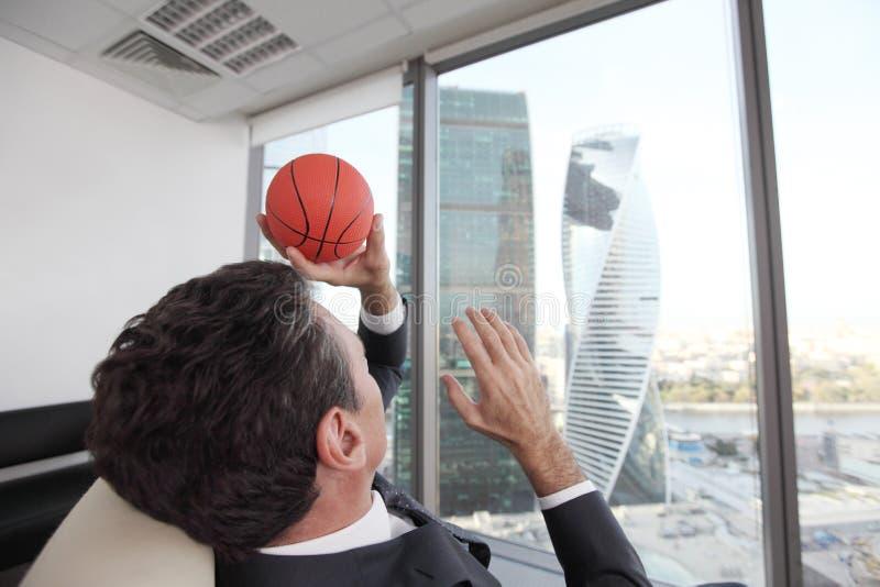 Homme d'affaires avec le basket-ball photos stock