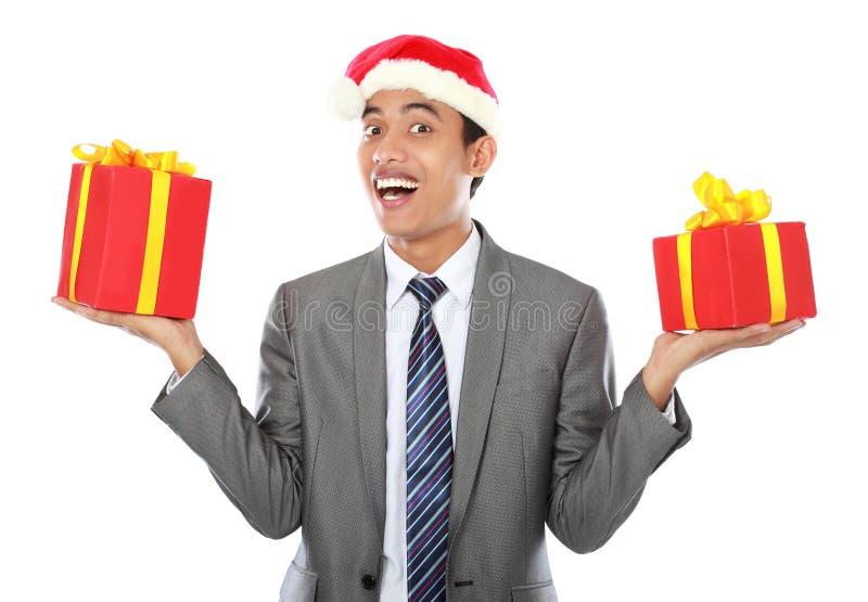 Homme d'affaires avec le cadeau de Noël photographie stock libre de droits