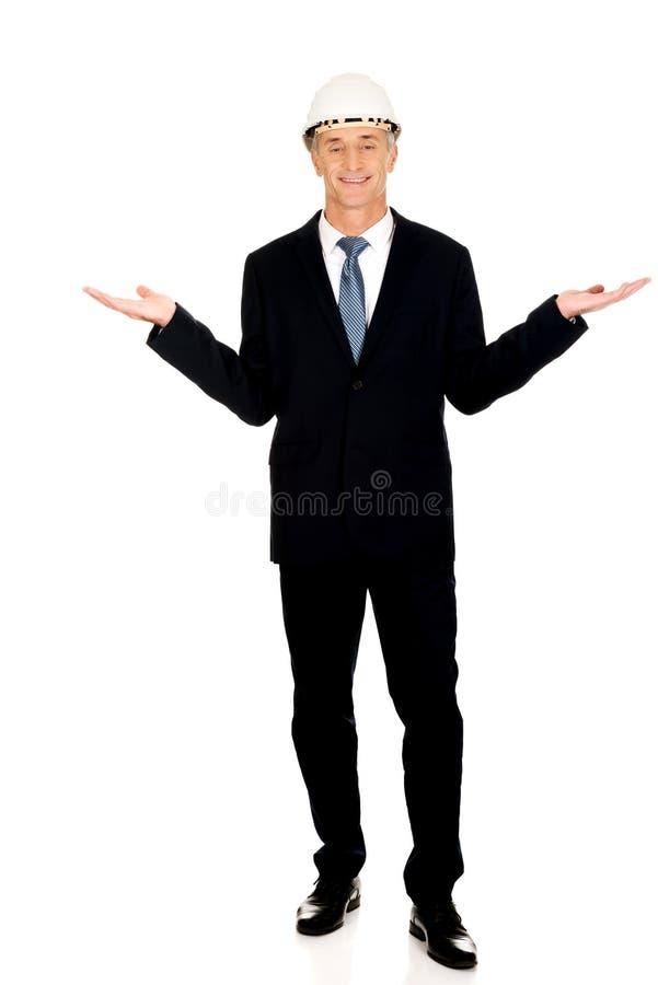 Homme d'affaires avec le casque antichoc tenant le copyspace photo stock