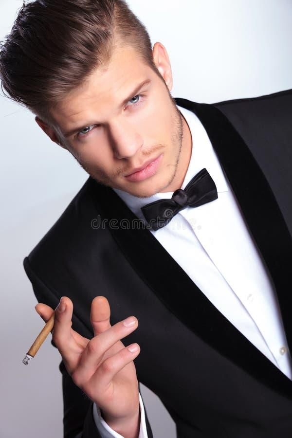 Homme d'affaires avec le cigare à disposition photo libre de droits