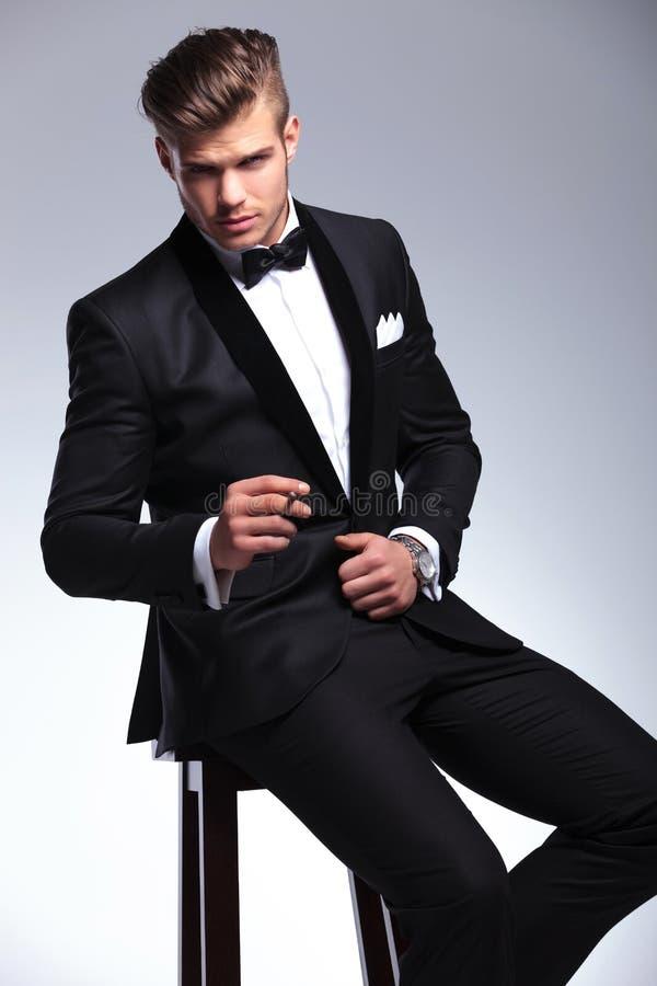 Homme d'affaires avec le cigare sur des selles photos stock