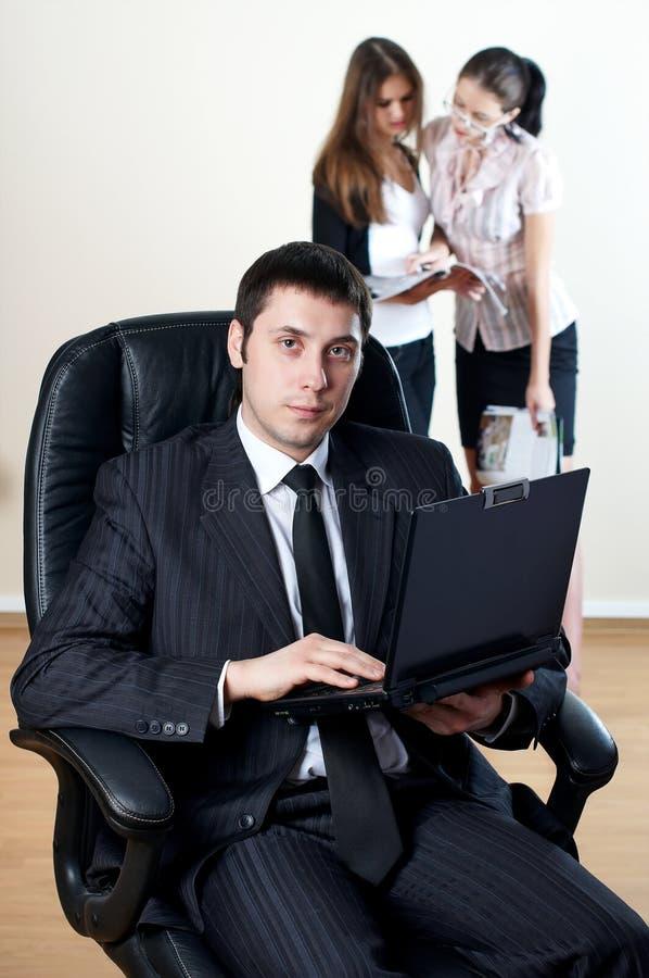 Homme d'affaires avec le collaborateur sur le postérieur photos libres de droits