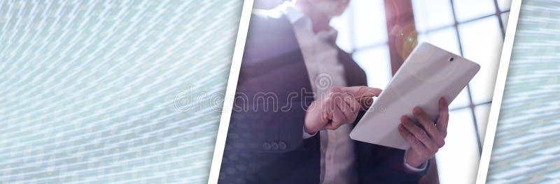 Homme d'affaires avec le comprimé, la fusée et les effets de la lumière Drapeau panoramique photographie stock libre de droits