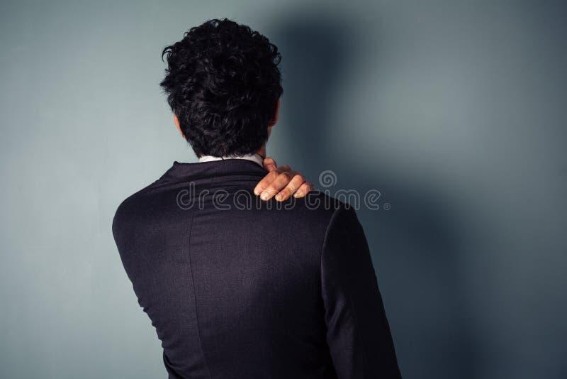 Homme d'affaires avec le cou endolori photographie stock libre de droits