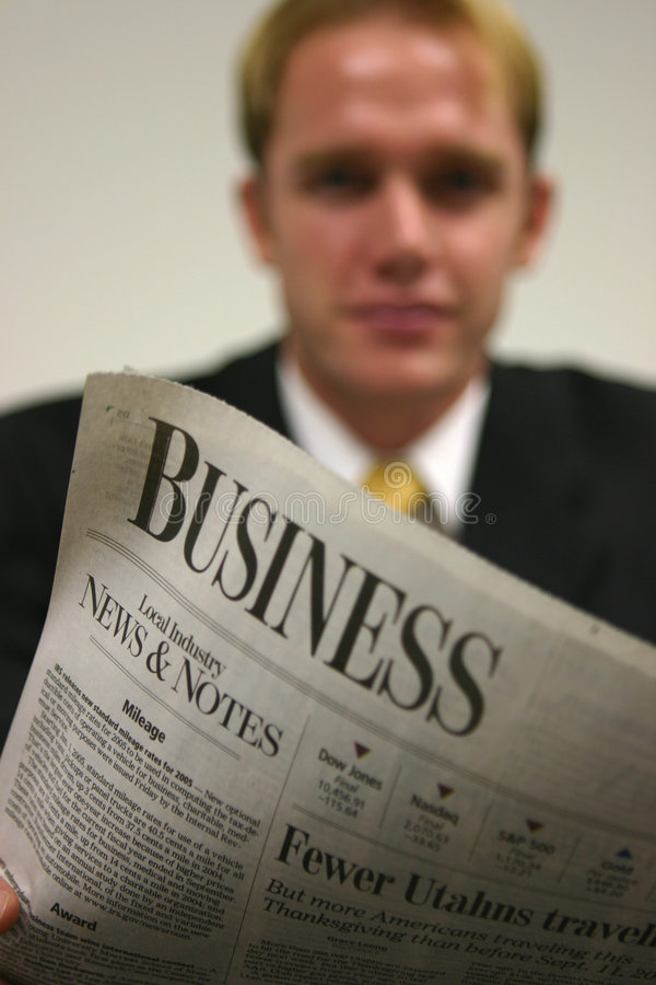 Homme d'affaires avec le journal image stock
