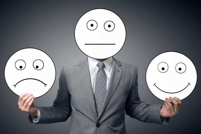 Homme d'affaires avec le masque de différentes émotions Sourire de participation d'homme d'affaires et masque triste Image concep images stock