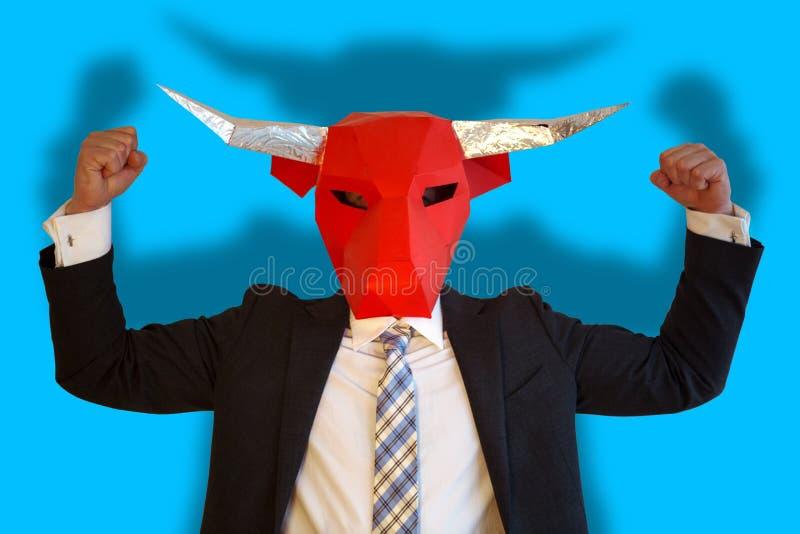 Homme d'affaires avec le masque de taureau fléchissant ses muscles photo libre de droits