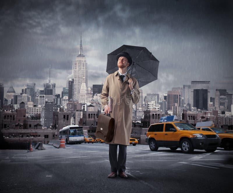 Homme d'affaires avec le parapluie photographie stock libre de droits