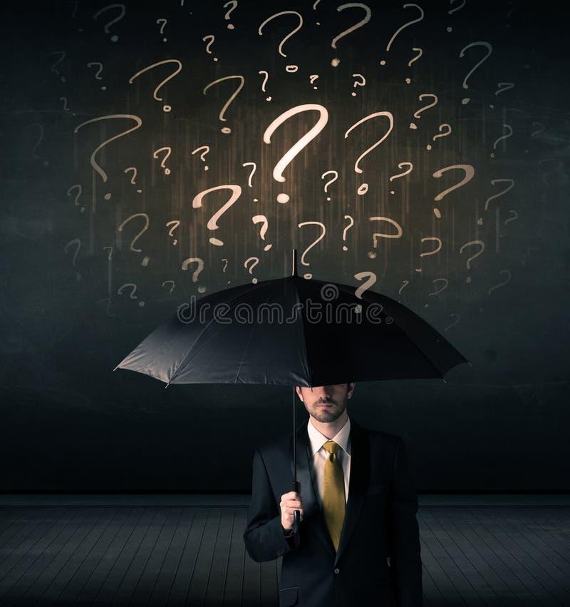 Homme d'affaires avec le parapluie et beaucoup de points d'interrogation tirés illustration stock